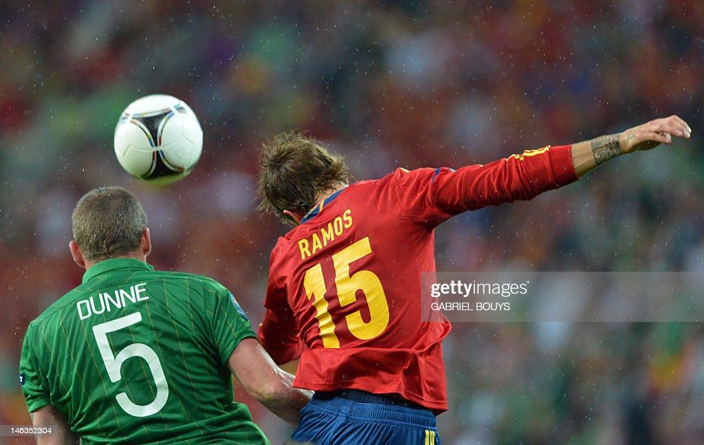 Spanish defender Sergio Ramos (R) vies w : News Photo