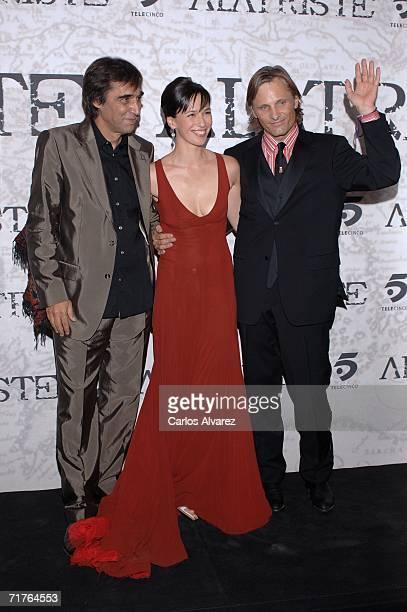 Spanish director Agustin Diaz Yanes actress Ariadna Gil and US actor Viggo Mortensen attend the 'Alatriste' premiere at Palacio de la Musica cinema...