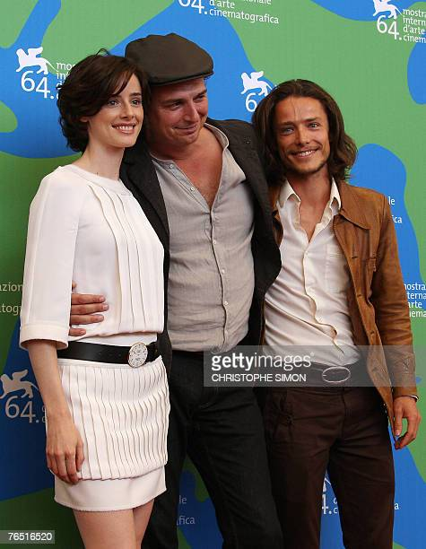Spanish director Jose Luis Guerin poses with spanish actress Pilar Lopez de Ayala and French actor Xavier Lafitte during a photocall of En la ciudad...