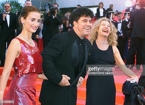 Spanish director Pedro Almodovar actress Penelope Cruz and Cecilia Roth pose on the steps of the Palais des festivals 15 May 1999 before the...