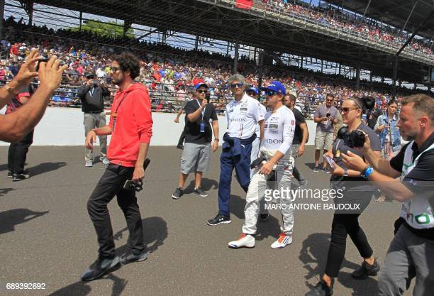 Spanish driver Fernando Alonso arrives the starting grid for the 101st Indy 500 on May 28 in Indianapolis Indiana / AFP PHOTO / Marc Antoine BAUDOUX