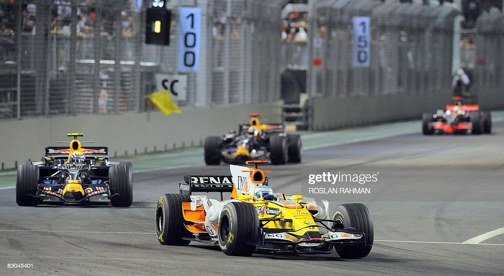 Spanish driver Fernando Alonso (C) of Re : News Photo