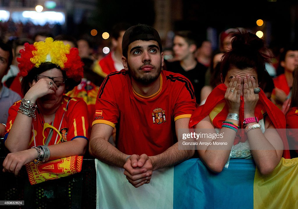 Spanish Fans Watch Spain Vs Chile World Cup Match : News Photo