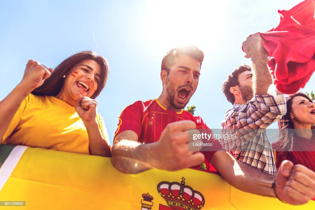 Español fans viendo y apoyando a su equipo en Liga Mundial de fútbol de competición : Foto de stock