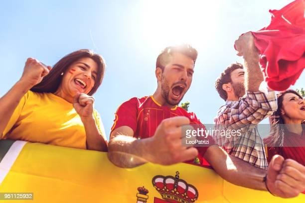 Español fans viendo y apoyando a su equipo en Liga Mundial de fútbol de competición