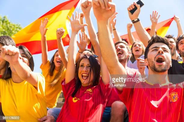 spaanse fans kijken en ondersteuning van hun team bij wereld competitie voetbalcompetitie - football in spain stockfoto's en -beelden