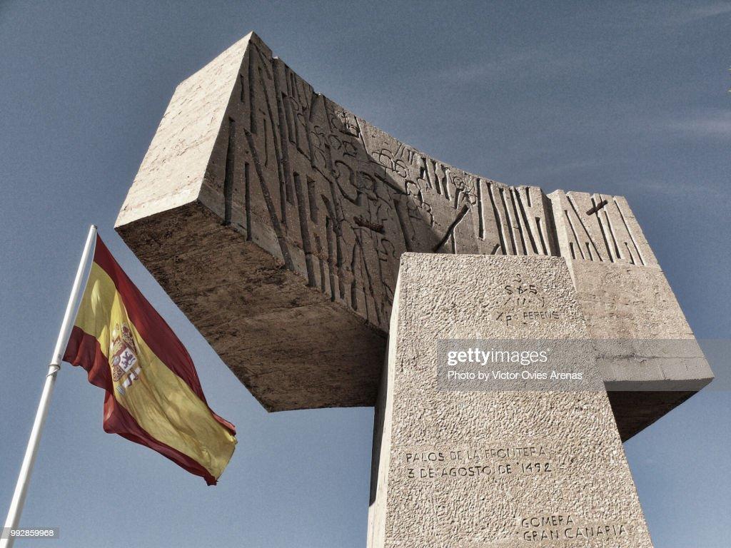 Spanish flag and monument in Columbus Square, Madrid : Foto de stock