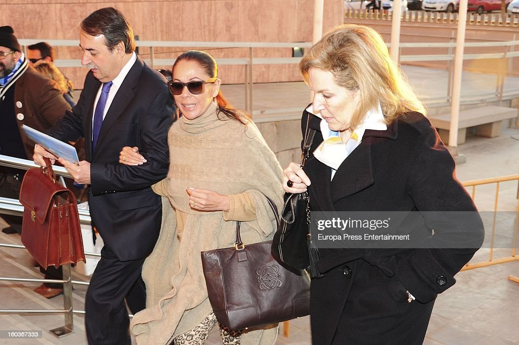 Spanish flamenco singer Isabel Pantoja (C) arrives at Malaga court in the last day for the ongoing trial for alleged money-laundering and embezzlement on January 29, 2013 in Malaga, Spain. The 2006 scandal has put nearly 100 people on trial for alleged involvement in bribes to city officials by property developers for planning permissions.