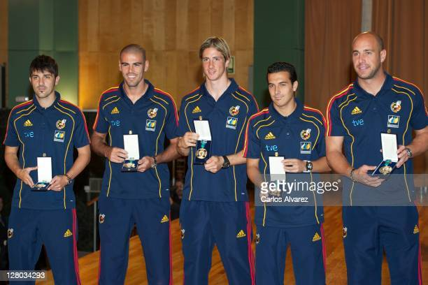 Spanish football team players David Silva Victor Valdes Fernando Torres Pedro Rodriguez and Pepe Reina pose for the photographers during 'Real Orden...