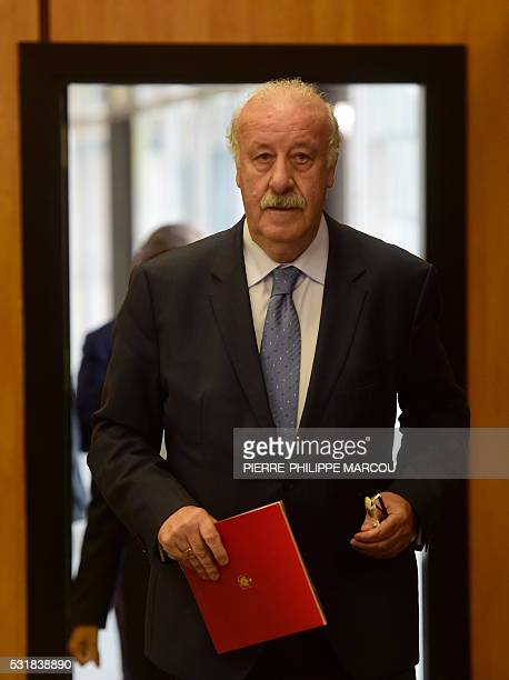 Spanish football team's coach Vicente del Bosque arrives to give a press conference announcing the Spanish squad for the Euro 2016 at Soccer City in...