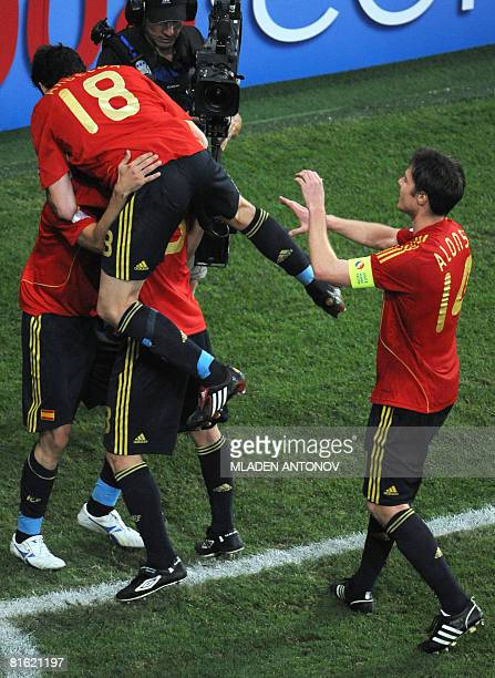 Spanish forward Daniel Guiza celebrates his goal with teammates Fernando Navarro Alvaro Arbeloa and Spanish midfielder Xabi Alonso during the Euro...