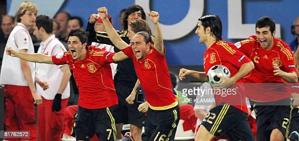 Spanish forwards David Villa and Sergio Garcia midfielder Ruben de La Red and defender Raul Albiol celebrate after winning the Euro 2008...