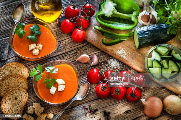 spanish gazpacho and ingredients on rustic wooden table - cultura mediterrânica imagens e fotografias de stock