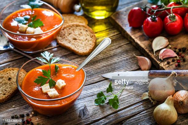 spanish gazpacho in glass bowls on rustic wooden table - cultura mediterrânica imagens e fotografias de stock