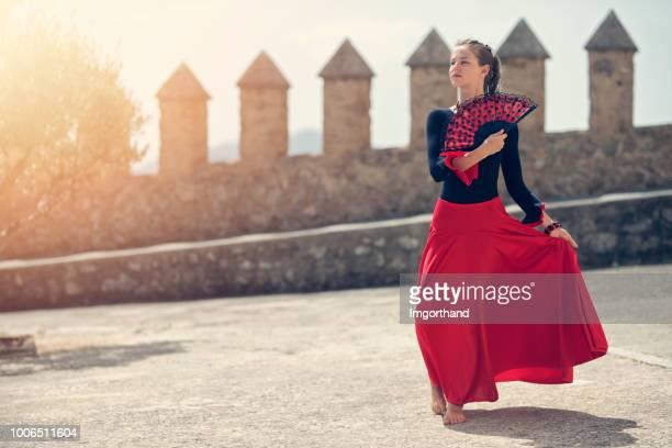 spanisches mädchen tanzen - spanische kultur stock-fotos und bilder