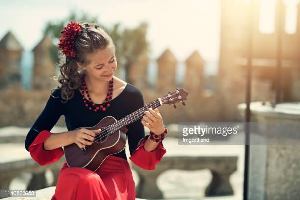 fille espagnole jouant la guitare - flamenco photos et images de collection