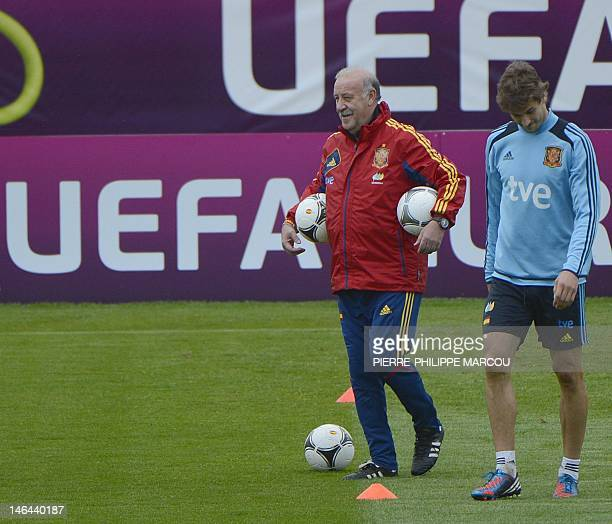 Spanish headcoach Vicente Del Bosque and Spanish forward Fernando Llorente attend a training session in Gniewino on June 16 2012 during the Euro 2012...