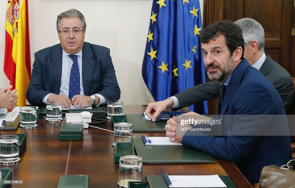 Spanish Interior Minister Juan Ignacio Zoido (L) holds a meeting with the new chief of 'Mossos D'Esquadra' (Catalan regional police) Ferran Lopez in Madrid on October 30, 2017. Spain's Interior Minister, Juan Ignacio Zoido, met the new chief of the Mossos, Ferran Lopez, today, after the dischrge of former Catalan regional police chief Josep Lluis Trapero on October 28, 2017. /