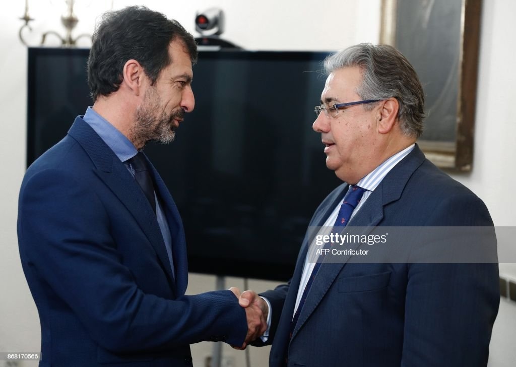 Spanish Interior Minister Juan Ignacio Zoido (R) shakes hands with the new chief of 'Mossos D'Esquadra' (Catalan regional police) Ferran Lopez, in Madrid on October 30, 2017. Spain's Interior Minister, Juan Ignacio Zoido, met the new chief of the Mossos, Ferran Lopez, today, after the dischrge of former Catalan regional police chief Josep Lluis Trapero on October 28, 2017. /