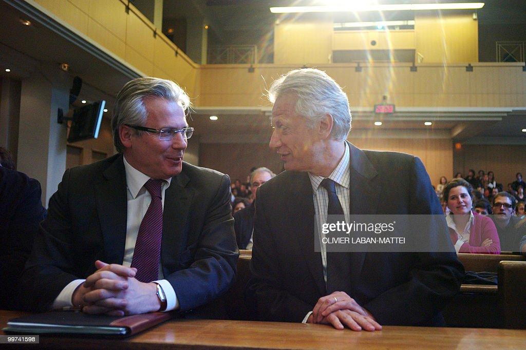 Spanish judge Baltasar Garzon (L) chats : News Photo