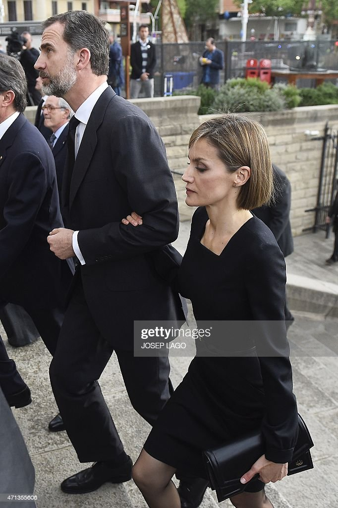 Spanish King Felipe (C) and his wife Queen Letizia arrive on April 27, 2015 at the Sagrada Familia's basilica in Barcelona, to attend a memorial service for the 150 people killed in the Germanwings plane crash on March 24, 2015 in the French Alps.