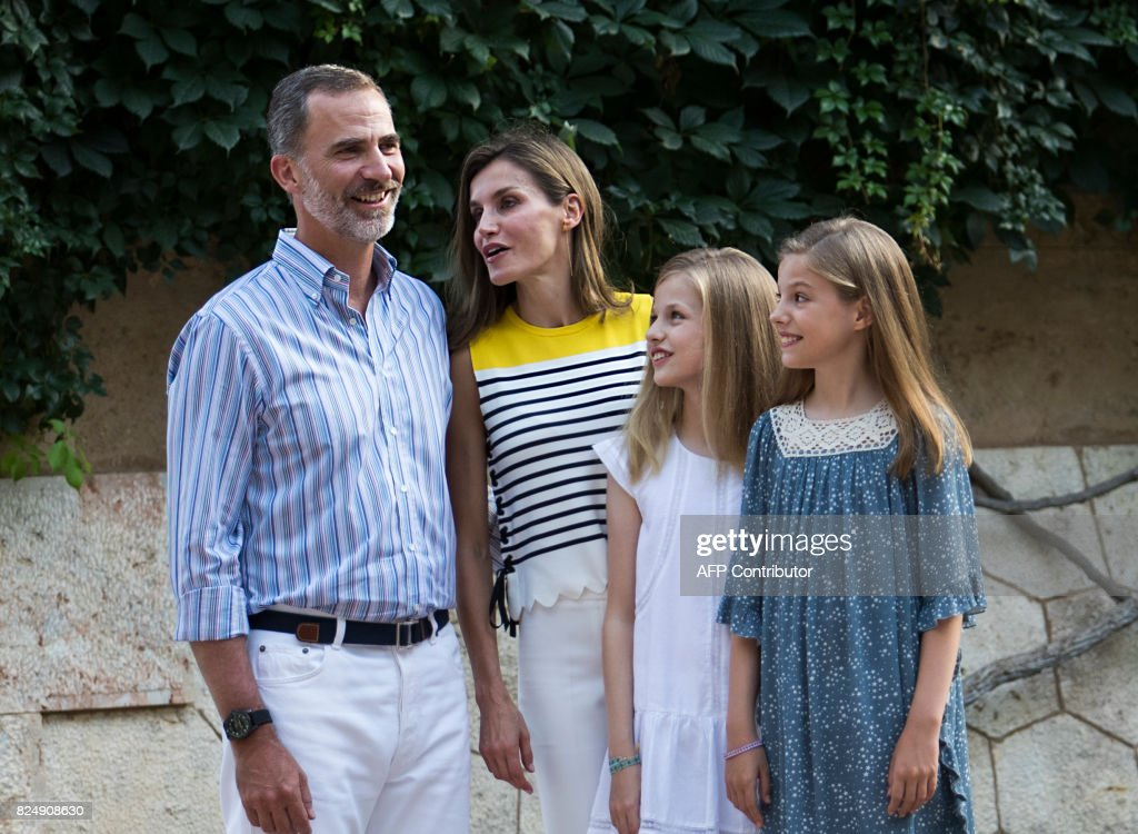 Spanish King Felipe VI (L) and Queen Letizia (2L) pose with their daughters Spanish crown princess Leonor (2R) and princess Sofia in the gardens at the Marivent Palace on the island of Mallorca on July 31, 2017. The royal family traditionally spends its summer holidays at the Marivent Palace. /