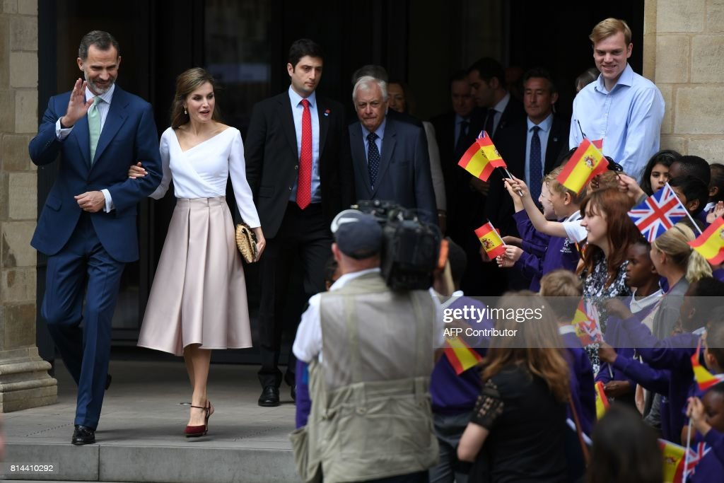Spanish King Felipe VI (L) and Spanish Queen Letizia are cheered by schoolchildren as they leave after a visit to the Weston Library in Oxford, west of London on July 14, 2017, on the third day of the Spanish King and Queen's three-day state visit. /