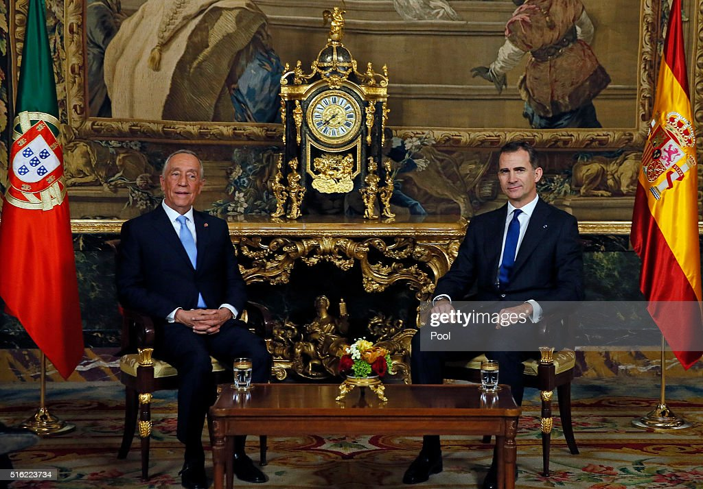 Spanish King Felipe VI (R) receives Portugal president Marcelo Rebelo de Sousa (L) at the Royal Palace March 17, 2016 in Madrid, Spain. De Sousa was making his first official visit to Spain since being sworn in March 9.