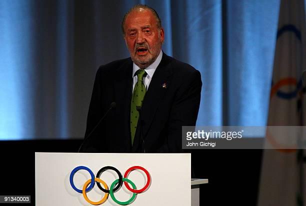 Spanish King Juan Carlos addresses IOC members during the Madrid 2016 presentation on October 2 2009 at the Bella Centre in Copenhagen Denmark The...