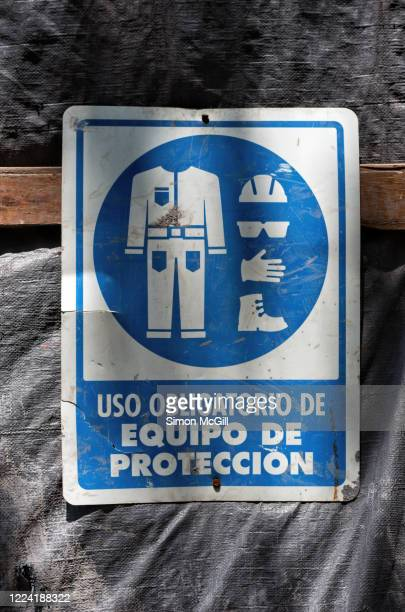spanish language sign on a construction site stating 'uso obligatorio de equipo de protección/use of protective equipment is mandatory) - protección stock pictures, royalty-free photos & images