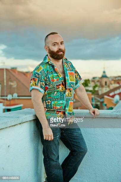 spanish man on rooftop - en manches courtes photos et images de collection