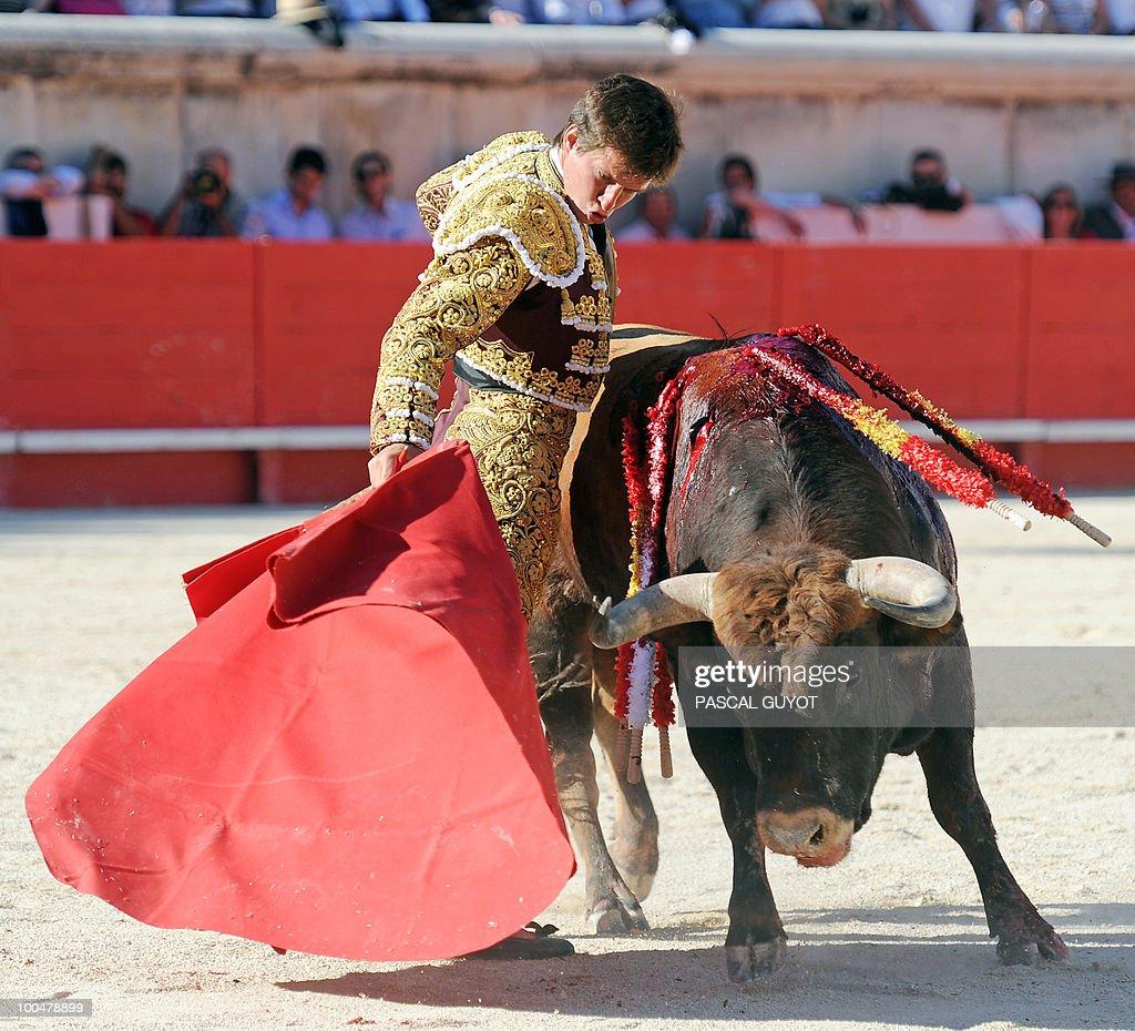 Spanish matador El Juli performs a muleta on a Zalduendo bull, on May 24, 2010 during the Nimes' Pentecost Feria, southern France.