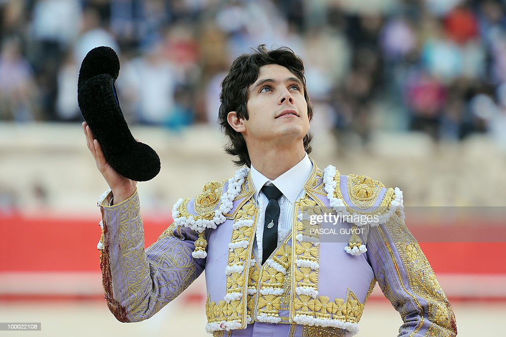 Spanish matador El Juli receives an ovation, on May 20, 2010 in Nimes, during the Nimes Feria Bullfighting Festival (Feria de la Pentecote).