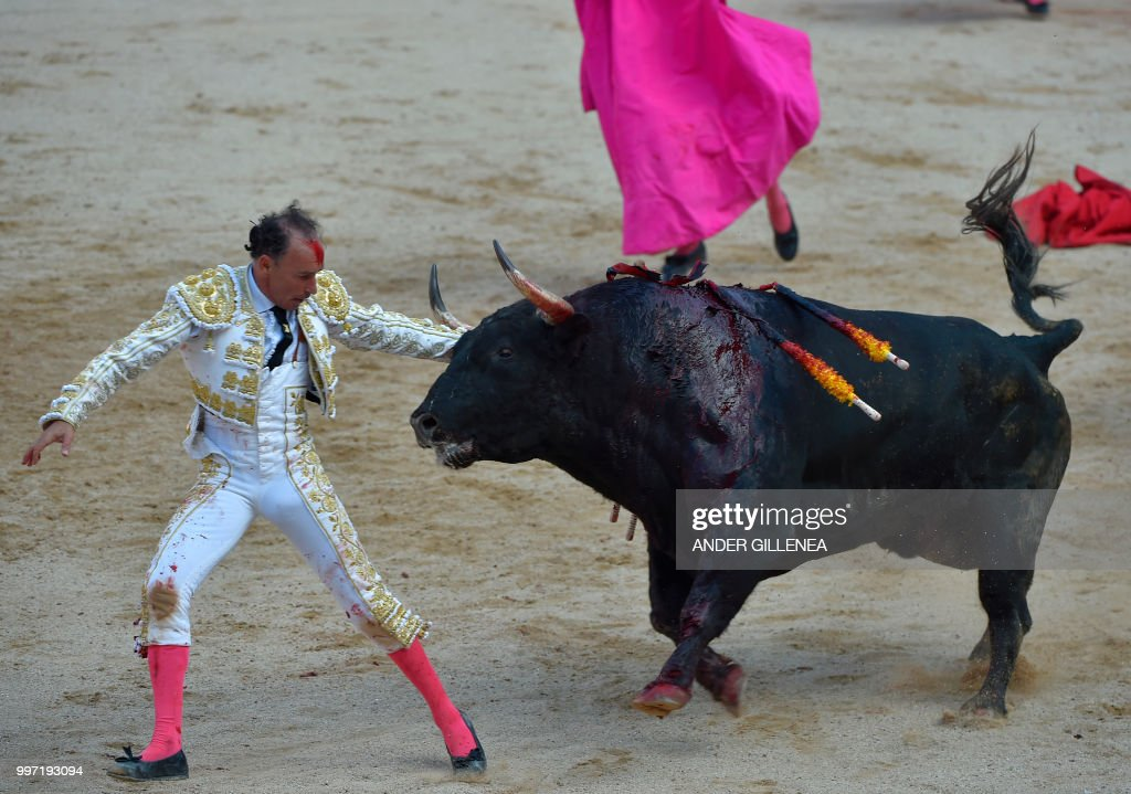 Spanish matador Pepin Liria fights with a Victoriano del Rio fighting bull during a bullfight of the San Fermin festival in Pamplona, northern Spain on July 12, 2018. - Each day at 8am hundreds of people race with six bulls, charging along a winding, 848.6-metre (more than half a mile) course through narrow streets to the city's bull ring, where the animals are killed in a bullfight or corrida, during this festival dating back to medieval times and also featuring religious processions, folk dancing, concerts and round-the-clock drinking.