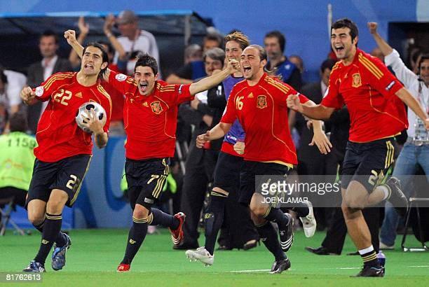 Spanish midfielder Ruben de La Red, forwards David Villa and Sergio Garcia and defender Raul Albiol celebrate after winning the Euro 2008...