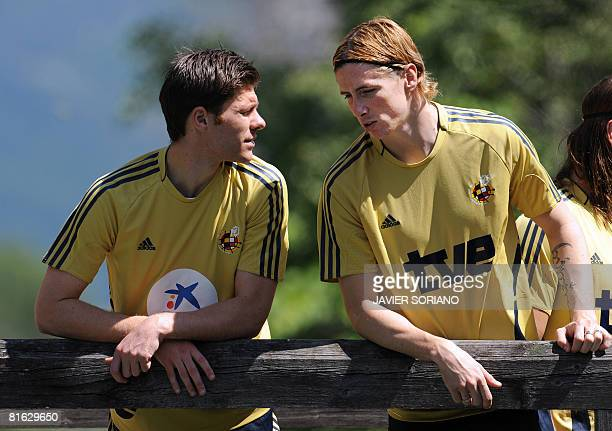 Spanish midfielder Xabi Alonso chats with teammate Fernando Torres during a team training session on June 19 2008 at Sportplatz Kampl in Neustift im...
