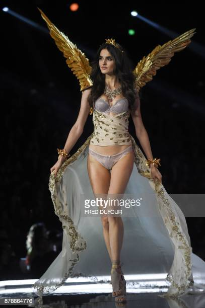 Spanish model Blanca Padilla presents a creation during the 2017 Victoria's Secret Fashion Show in Shanghai on November 20 2017 / AFP PHOTO / FRED...