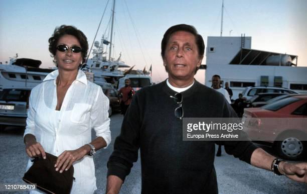 Spanish model Naty Abascal arrives to Ibiza with the Italian fashion designer Valentino on August 20 1999 in Ibiza Spain