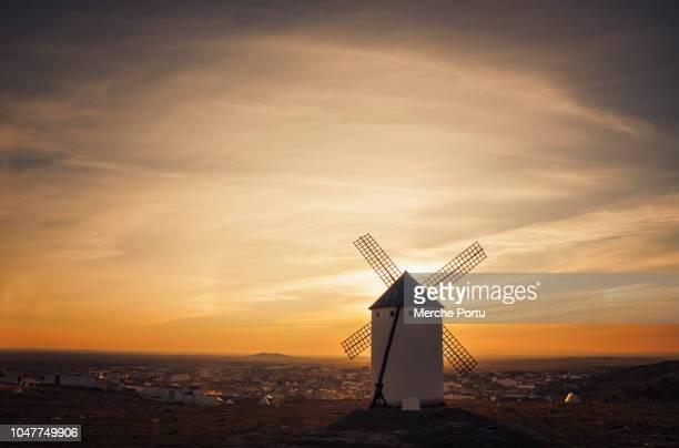 spanish old windmill at sunset in campo de criptana (ciudad real) spain - castilla la mancha fotografías e imágenes de stock