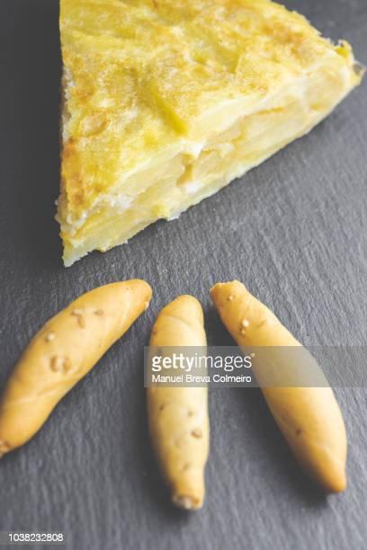 spanish omelet on a slate background - tortilla de patata fotografías e imágenes de stock