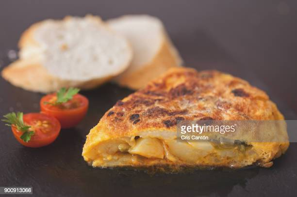 spanish omelet - cultura española fotografías e imágenes de stock