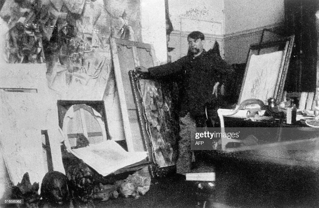 Spanish painter Pablo Picasso poses in the 20th in : News Photo