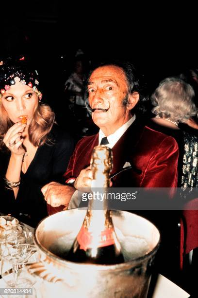 Spanish painter Salvador Dali and French actress and singer Amanda Lear have dinner in a restaurant in Paris in December 1971 / AFP /