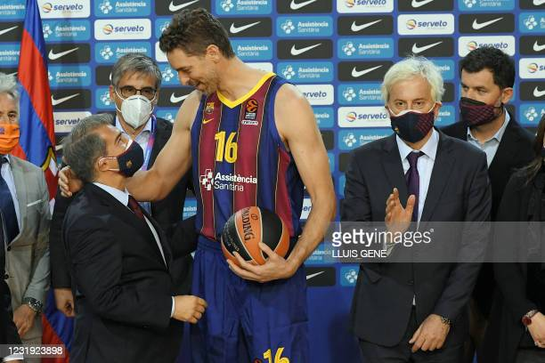 Spanish pivot Pau Gasol talks with FC Barcelona president Joan Laporta beside the club's responsible for the basketball section Josep Cubells during...
