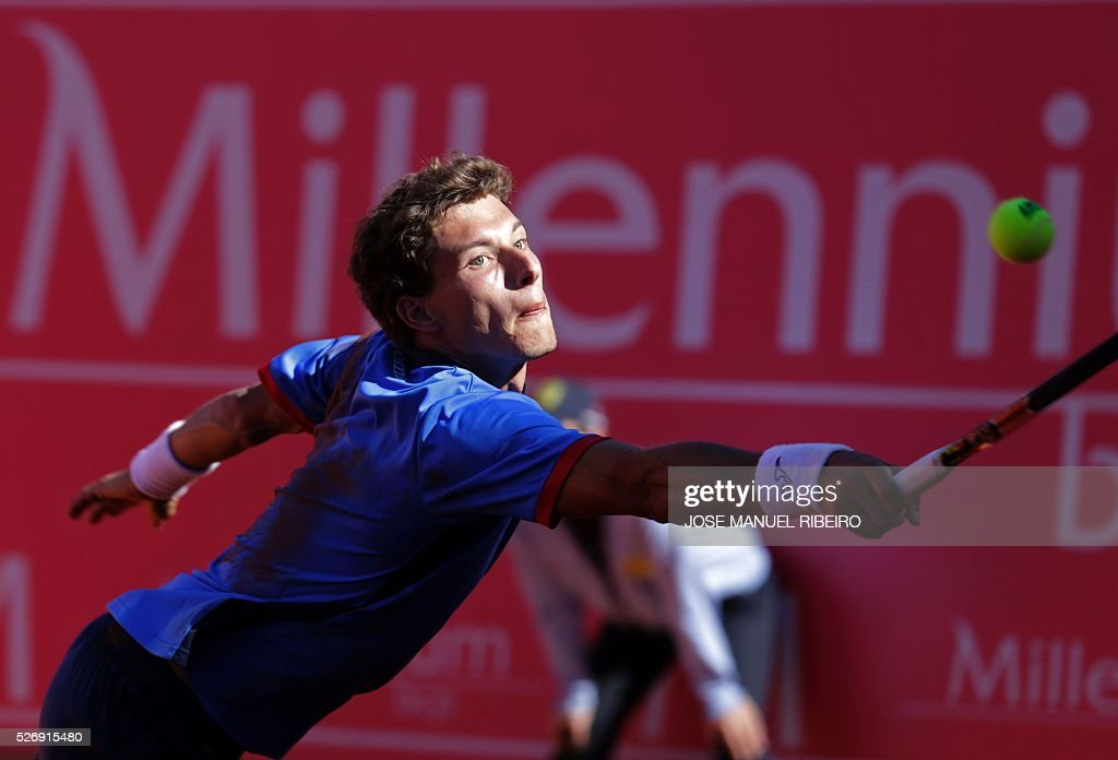 Spanish player Pablo Carreno Busta returns a ball to his compatriot Nicolas Almagro during the Estoril Open Tennis tournament in Estoril on May 1, 2016. Almagro won 6-7, 7-6 and 6-3. / AFP / JOSE