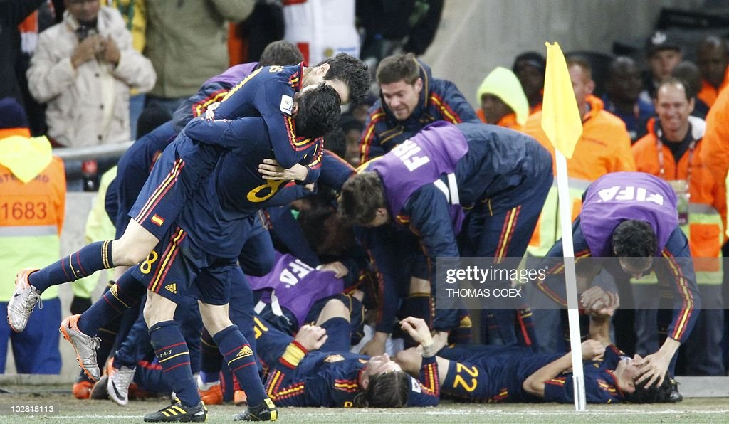 Spanish players celebrate after Spain's : News Photo