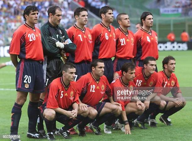 Spanish players pose for the official team picture 24 June at the Felix Bollaert stadium in Lens northern France before their 1998 Soccer World Cup...
