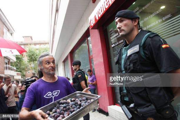 Spanish police Guardia Civil stalks le local newspaper quotEl Vallencquot searching for ballots of Catalonia's independence referendum in Valls...