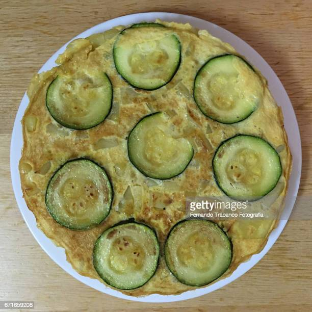 spanish potatoe and onion omelette, with zucchini - tortilla de patata fotografías e imágenes de stock