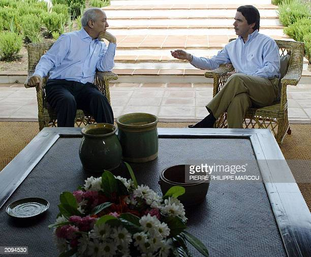 Spanish Prime Minister Jose Maria Aznar chats with his Moroccan counterpart Driss Jettou in Quintos de Mora near Tolede 05 June 2003 It is the...
